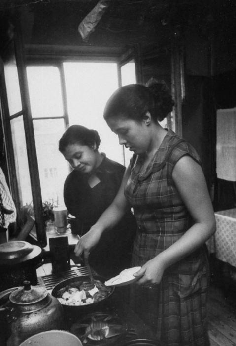 Девушки, готовящие себе еду в общежитии. СССР, Москва, 1956 год.