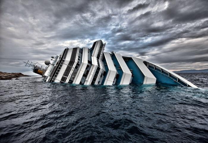 Полузатонувший круизный лайнер Costa Concordia. | Фото: forwallpaper.com