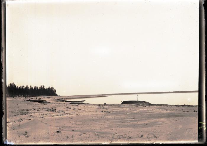 Пустынный песчаный берег в Западной Сибири.
