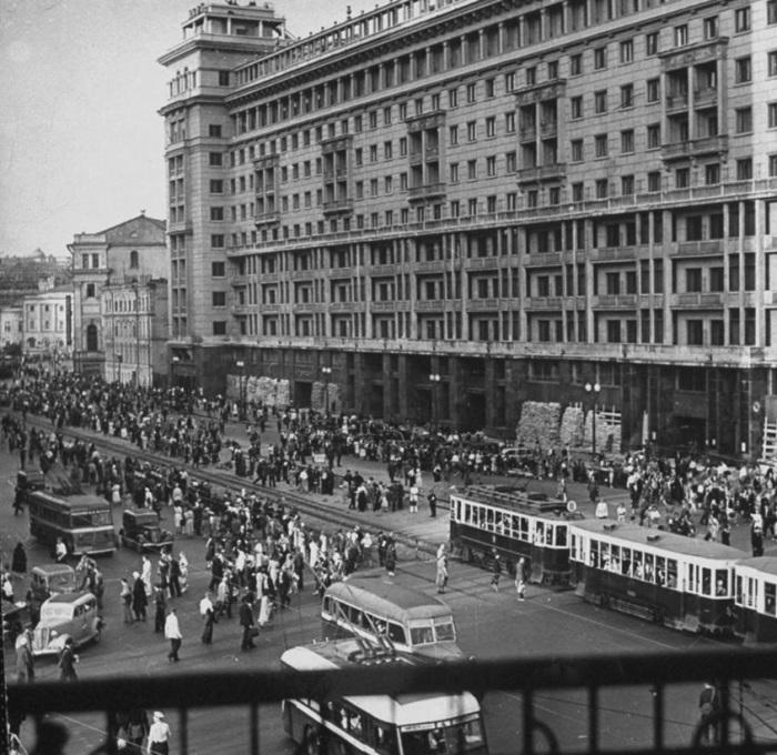 Толпы людей, вышедших из бомбоубежищ и идущих по улице. СССР, 1941 год.