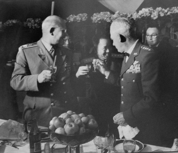 Бригадный генерал Натан Твининг и самый знаменитый летчик Китая генерал Лю Юа-ло.