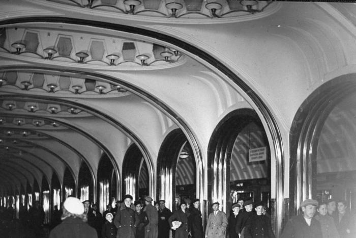 Пассажиры на платформе станции метро Площадь Маяковского до начала боевых действий на территории Москвы. СССР, Москва, 1941 год.