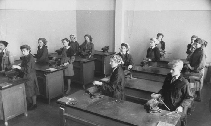 Уроки труда в старших классах совхозной школы.