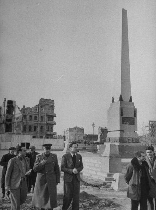 Подполковник Владимир Денченко сопровождает иностранных корреспондентов и показывает им разрушенный город.