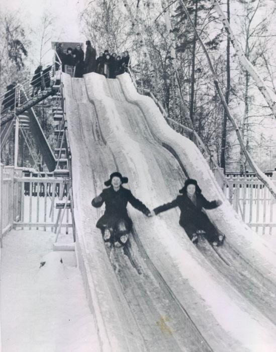 Дети, катающиеся на горке. СССР, Москва, 1955 год.