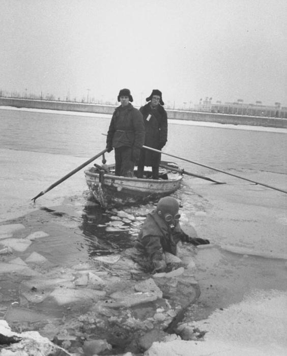 Водолазы, работающие в любую погоду на Москве-реке.