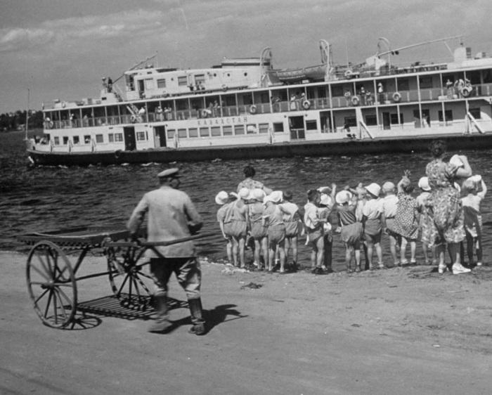 Дети смотрящий на круизный корабль идущий по Волге. 1958 год.