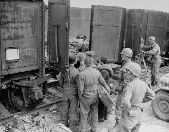 Американские солдаты возле поезда смерти.