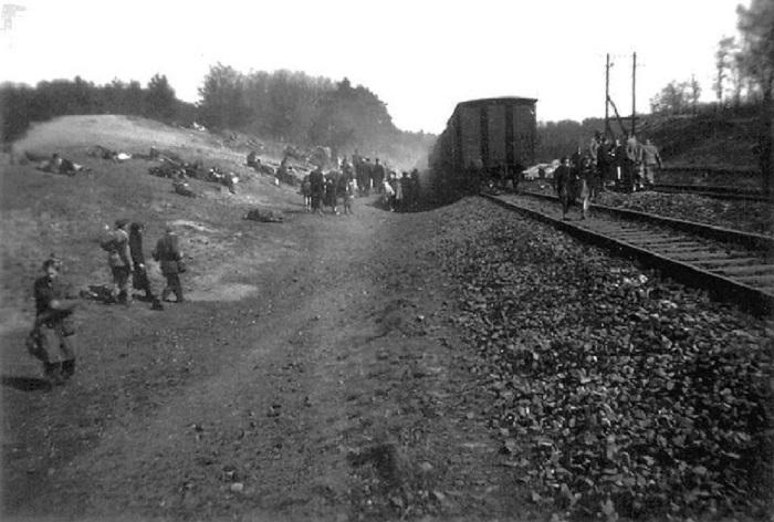 Узники Дахау во время освобождения войсками США.