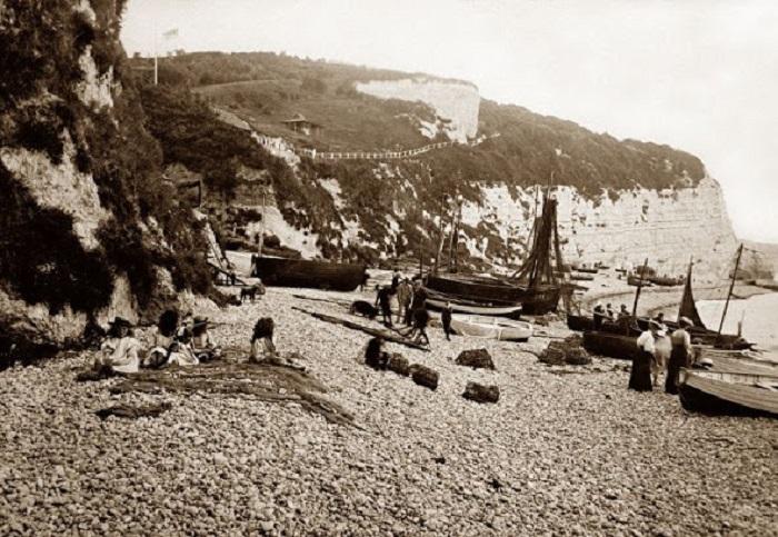 Рыбацкие шхуны на одном из пляже в Девоне.