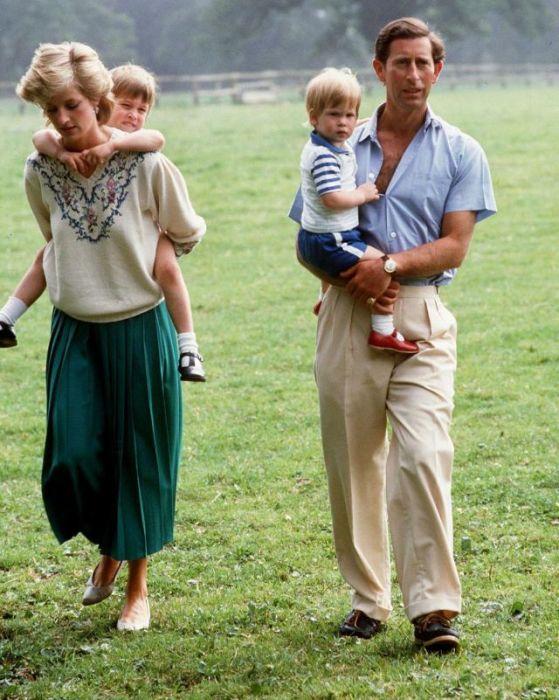 Королевская семья на территории ботанических садов Кью.