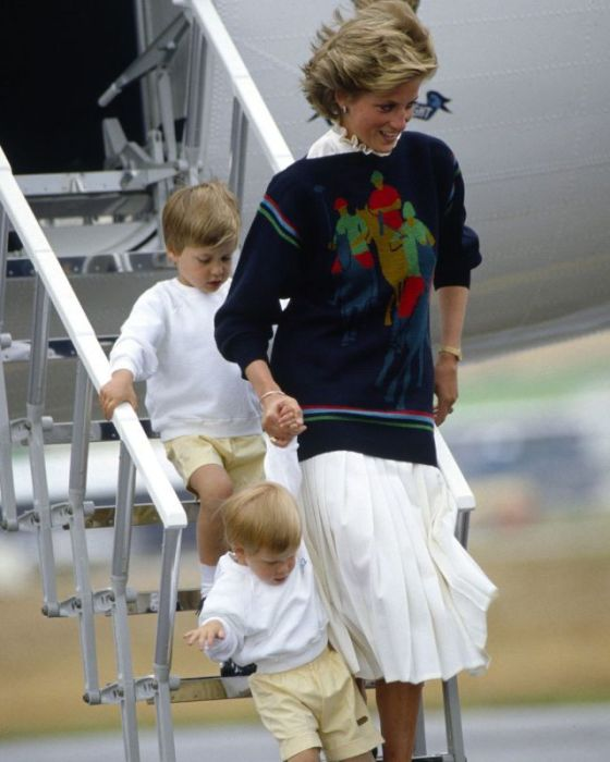 Диана со своими сыновьями спускается по бортовому трапу самолёта.