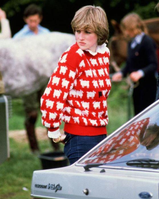 Принцесса Диана в смешном красном свитере.