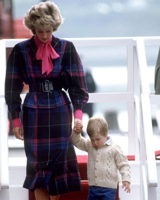 Принцесса Диана выходит из Королевской яхты Britannia. Великобритания, Абердин, 1985 год.