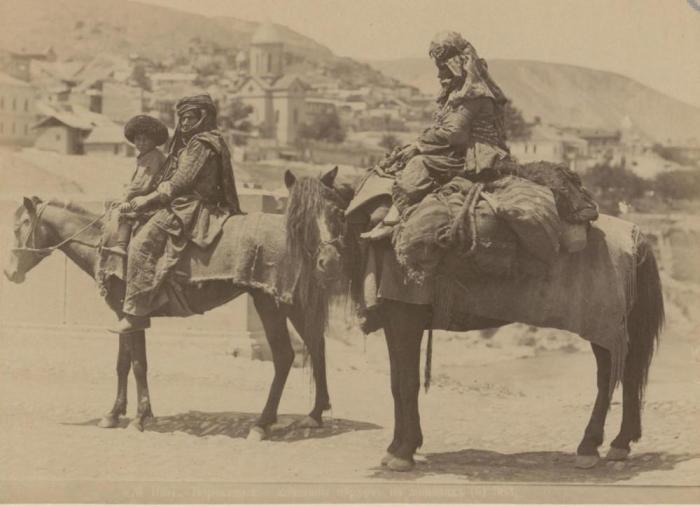 Женщины верхом на лошадях.