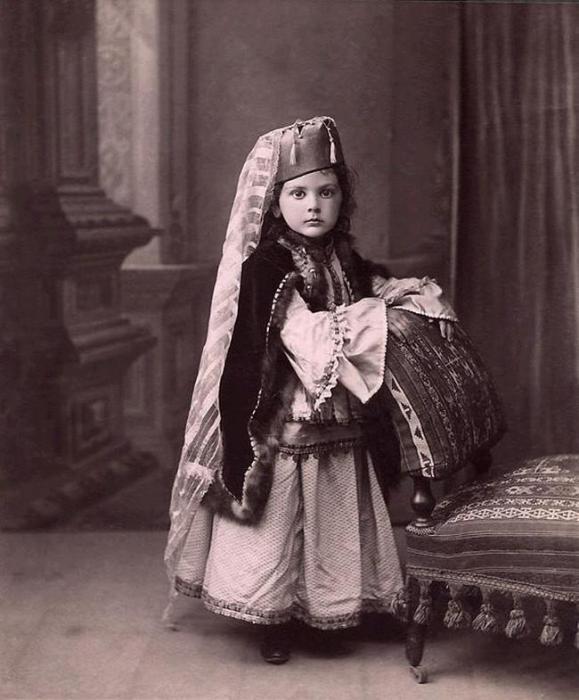 Юная принцесса Лазарева в татарском костюме.