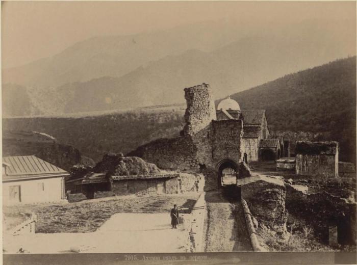 Церковь и крепость на небольшом плато.