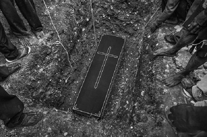 Похороны. Автор фотографии: Андри Тамбунан.