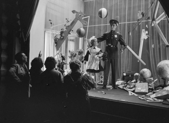 Большие игрушки и два манекена на витрине магазина. СССР, Москва, 1961 год.