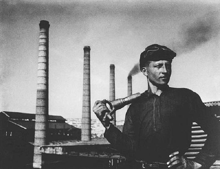 Специалист, который выполняет комплекс работ по прокладке шахты.