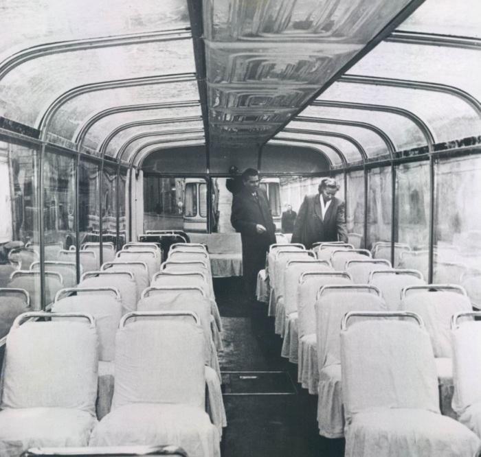 Проверка интерьера нового троллейбуса. СССР, Москва, 1955 год.