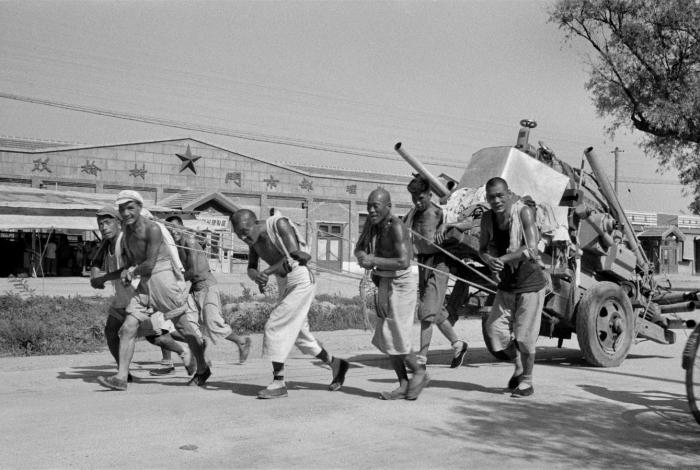 Нелегкая жизнь рабочих в одной их китайских провинций в 1958 году.