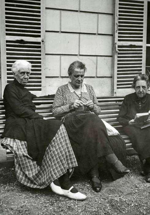 Княгиня Мария Ивановна Путятина сидящая на лавочке со старыми подругами. Франция, 1931 год.