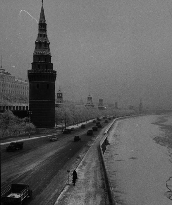 Дорога вдоль кремлевской стены по набережной Москвы-реки.