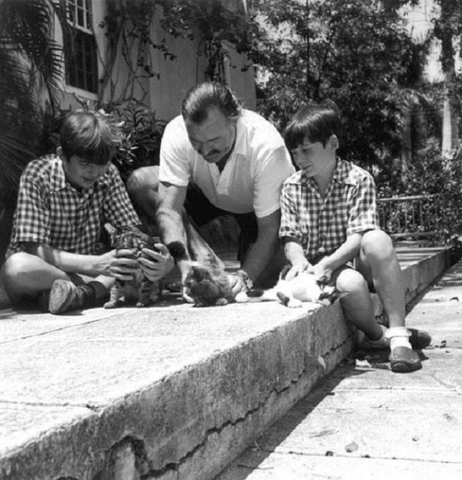 Писатель с сыновьями Грегори и Патриком играет с котятами, 1946 год.
