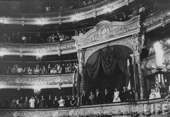 Климент Ворошилов, Никита Хрущев, Николай Булганин в Большом театре вместе с королем Мохаммедом Реза-шахом и его женой королевой Сорейей Эсфандияри.