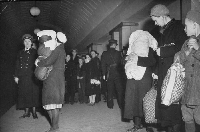 Работники метрополитена, координирующие работу станции во время бомбардировки Москвы. СССР, 1941 год.