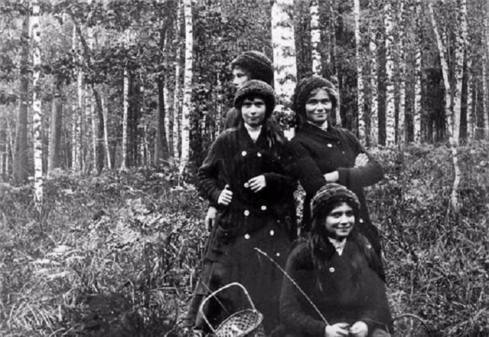 Великие княжны Ольга, Татьяна, Мария и Анастасия, 1913 год.