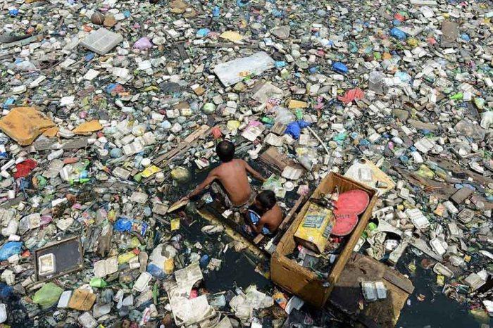 В то время как эта река похожа на мусорник она является фактически главным источником воды для сельского хозяйства.