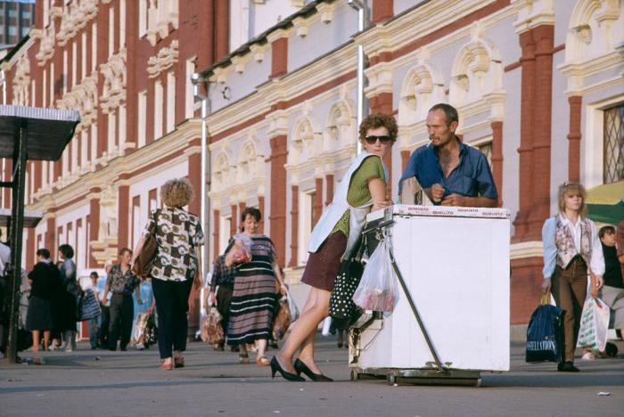 Уличная торговля перед Казанским вокзалом. Москва, 1996 год.