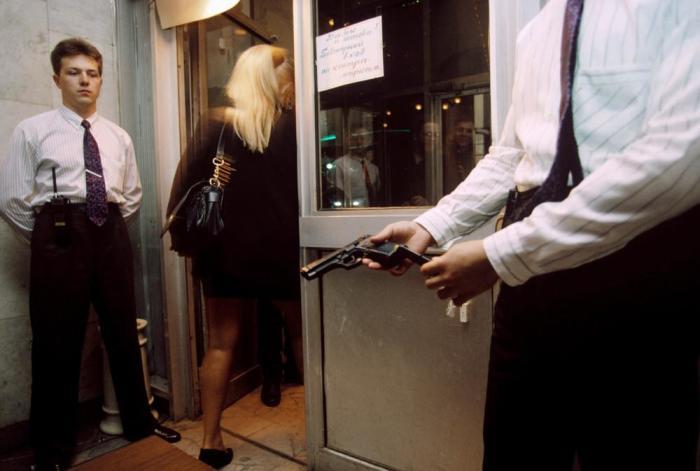 Огнестрельное оружие оставляют при входе в клуб. Россия, Москва, 1990-е годы.
