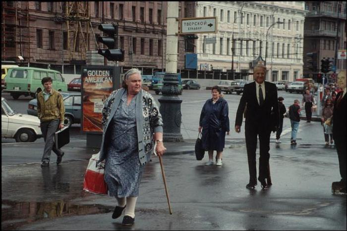 Картонные Ельцин и Горбачёв. Россия, Москва, Пушкинская площадь, 1993 год.