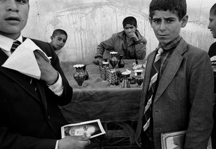 Школьники на рынке в деревне Патнос, 1990 год.