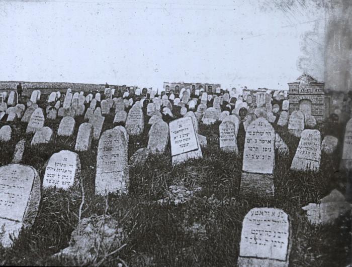Старое еврейское кладбище, которое возникло сразу после окончания Крымской войны.