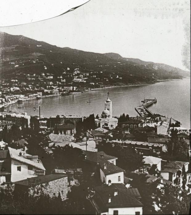 Курорт и порт на юге Крымского полуострова.