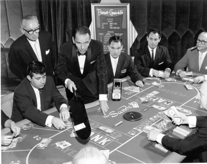 Фрэнк Синатра, играет в одну из самых старых карточных игр.