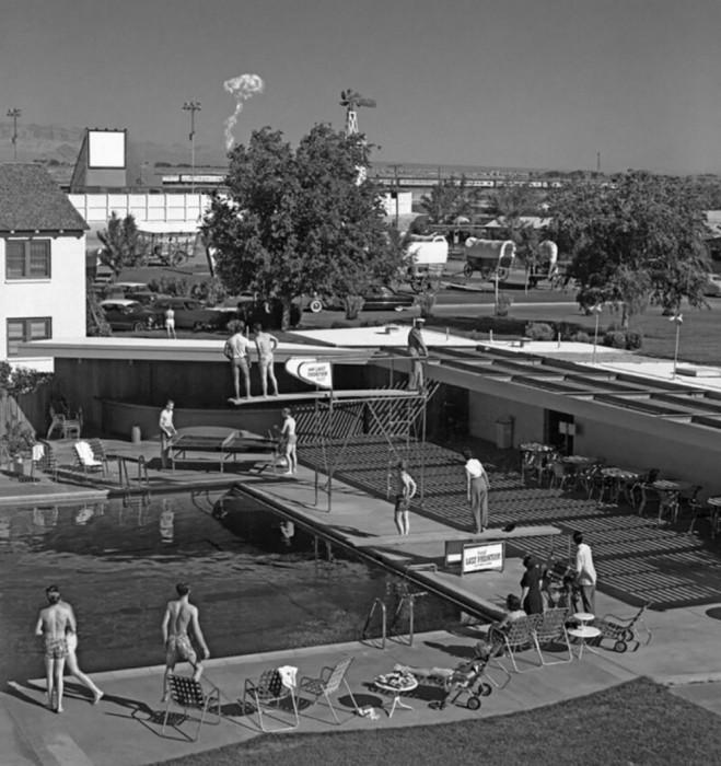 Пловцы наблюдают за испытанием ядерного оружия в 120 километрах от отеля, 1953 год.