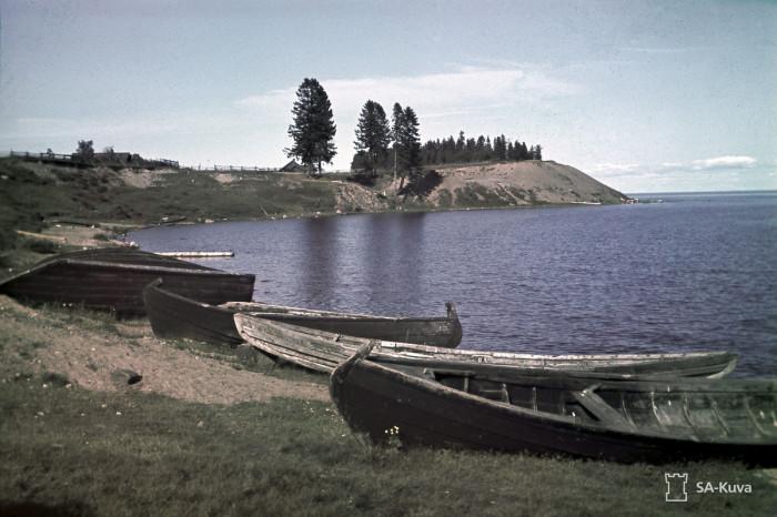 Рыбацкие лодки на крутом берегу Онежского озера, август 1942-го.