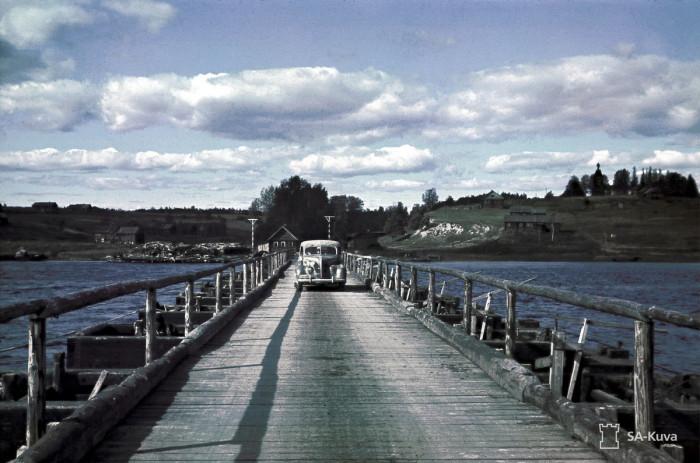 Пассажирский автомобиль на мосту в восточной части Cювярилля, 2 сентября 1942 года.