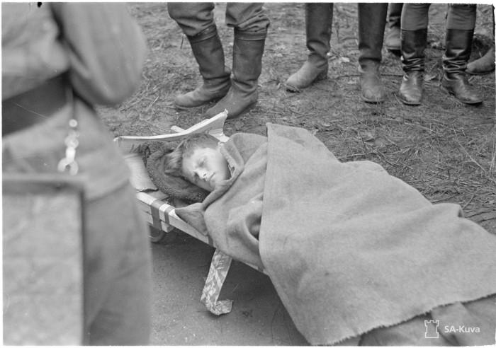 Раненный 13-летний мальчик по пути в больницу. Выборг, 1941 год.