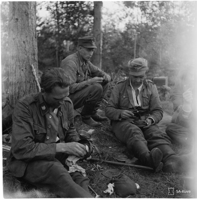 Уход за оружием перед боем, 1944 год.
