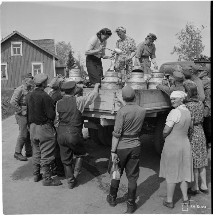 Очередь за молоком, 1944 год.