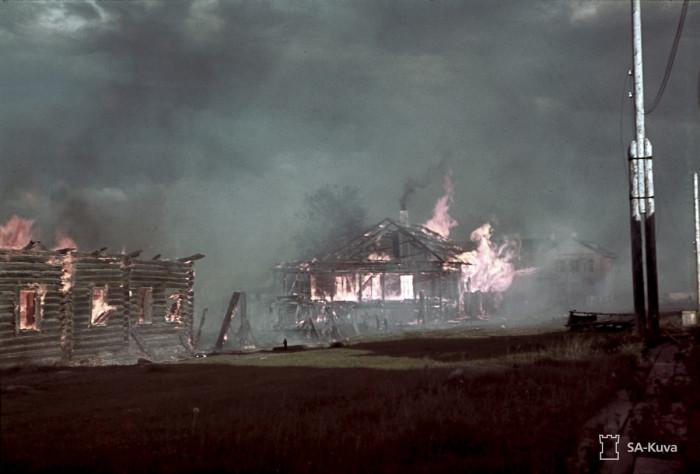 Подожжённый перед подрывом плотины Повенец, июль 1942-го.