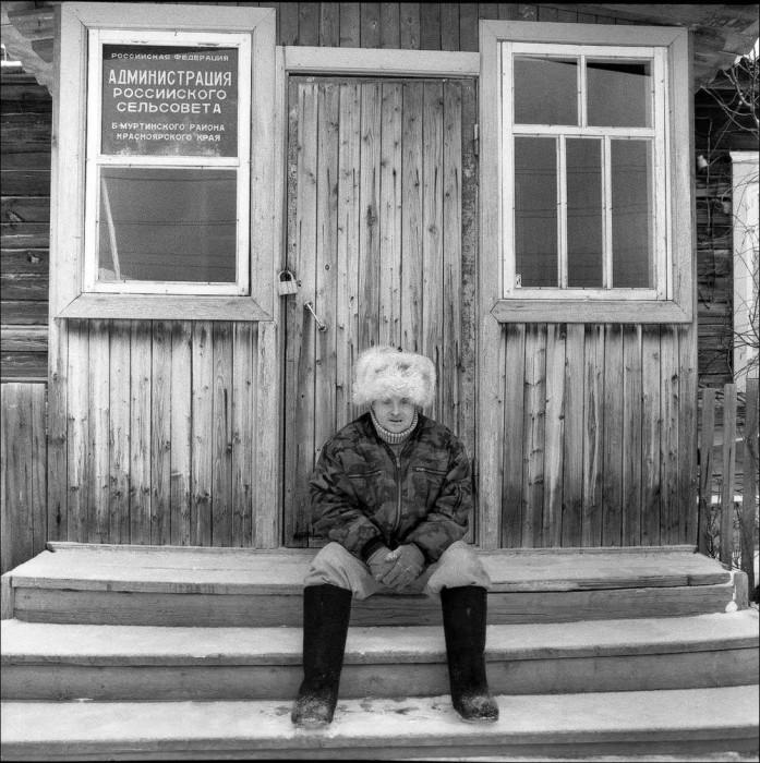 Мужчина на крыльце у входа в администрацию сельсовета.