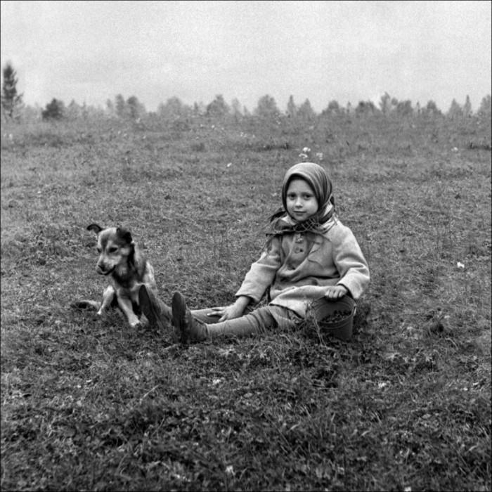 Девочка с собачкой. Красноярский край, село Кузнецовка.