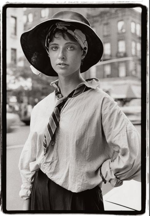 Шляпа и мужской галстук. США, Нью-Йорк, 1984 год. Автор: Amy Arbus.